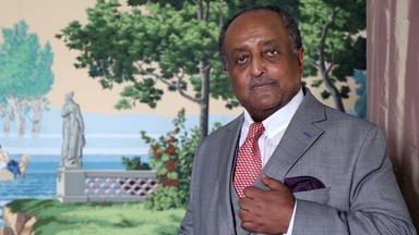 """Asfa-Wossen Asserate ist ein äthiopisch-deutscher Unternehmensberater, Autor und politischer Analyst. Er ist Großneffe des letzten äthiopischen Kaisers Haile Selassie (1892 bis 1975). Er studierte Jura, Volkswirtschaft und Geschichte in Tübingen und Cambridge und promovierte in Frankfurt. Seit 1981 hat er die deutsche Staatsbürgerschaft. Bekannt wurde er als Autor des Buches """"Manieren"""" (2003)."""